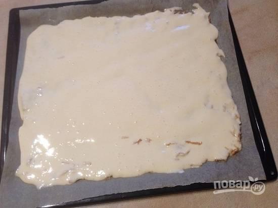 Аккуратно распределим тесто поверх яблочной массы.