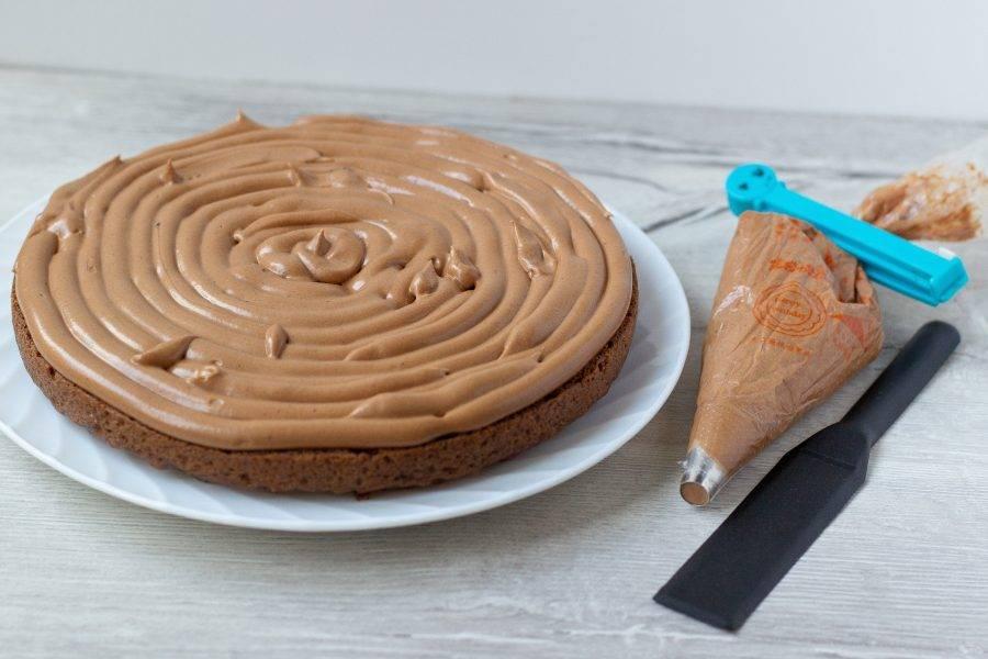 Коржи выкладываем в обратном порядке. Т.е. верхушку бисквита на дно торта и т.д. Я крем отсаживала с помощью кондитерского мешка, но можно это сделать ложкой и разравнять поверхность.