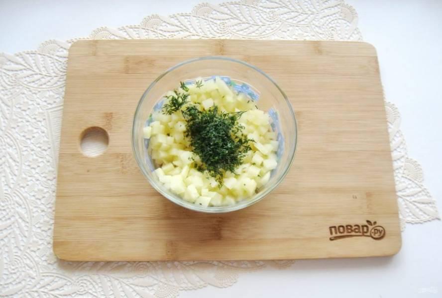 Укроп или другую зелень помойте, мелко нарежьте и добавьте к картофелю.