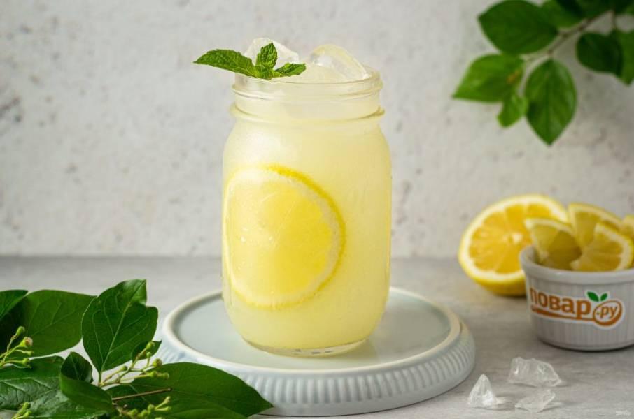 Разлейте лимонад по стаканам со льдом.