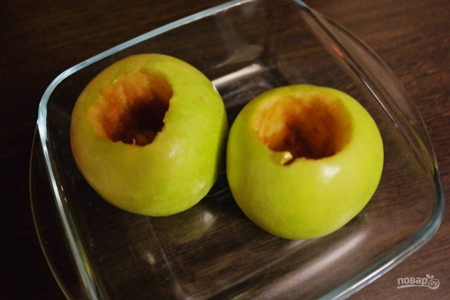 Хорошо моем яблоки и достаем все внутренности с семенами и прожилками при помощи острого ножа. Старайтесь не проткнуть дно.