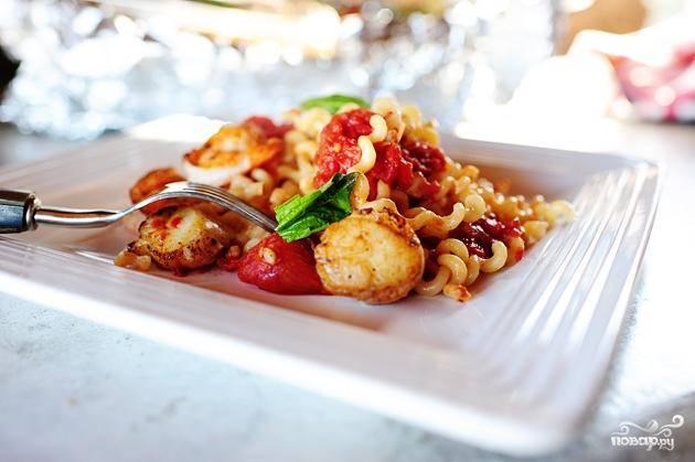 Паста с морепродуктами и помидорами
