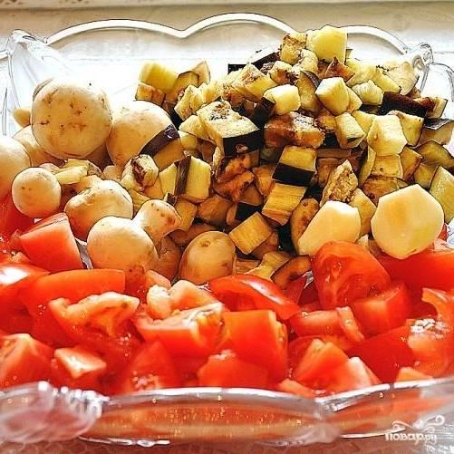 Первым делом нарежем произвольными кусками все наши овощи и грибы. Я обычно баклажаны и помидоры режу крупными кубиками, шампиньоны - где-то на четвертинки, чеснок - мелко. При желании можно добавить и другие любимые овощи.