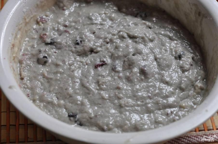 Сначала просейте муку в глубокую миску, потом добавьте сахар и соду.  Потом добавьте варенье и влейте растительное масло.  Затем влейте чай холодный и замесите тесто. Оно будет липнуть, не удивляйтесь.