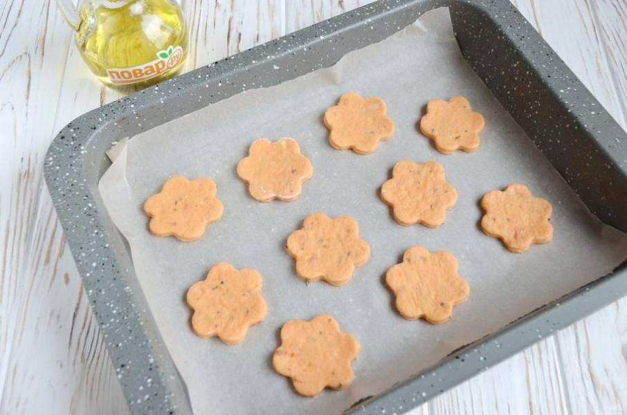 10. Раскатайте тонко тесто, примерно 5 мм толщиной, вырубкой для печенья или стаканчиком выдавите. Положите на пергамент, выпекайте при 180 градусах минут 15.