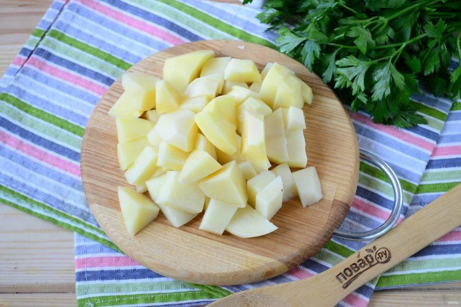 Картофель порежьте на небольшие кусочки произвольной формы.