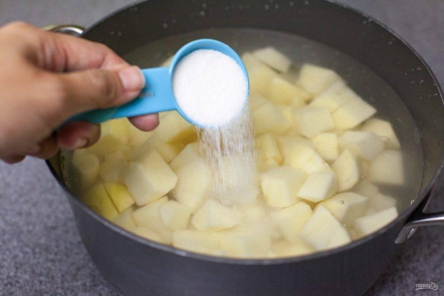 Ставим кастрюлю с водой на огонь, помещаем туда картофель, добавляем соль и варим.