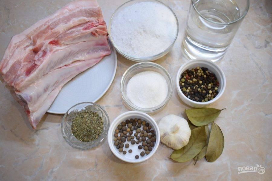 Для приготовления копченого сала подготовьте все необходимые ингредиенты.