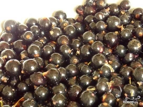 1. Для начала переберем и промоем ягоды. Удалите плодоножки и затем просушите смородину. Желе будет ароматнее и гуще, если брать черную смородину обычного сорта, не гибридную. Банки помойте и простерилизуйте.