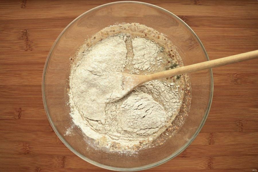 Затем по-очереди добавьте ржаную муку и цельнозерновую пшеничную.
