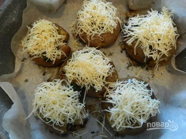 6. Сверху посыпаем тертым на мелкой терке сыром и отправляем в разогретую до 180 градусов духовку.
