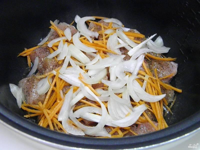 """Отправьте мясо с овощами обжариваться на растительном масле в мультиварку. Режим """"выпечка"""" или """"обычный"""", время - 10 минут."""