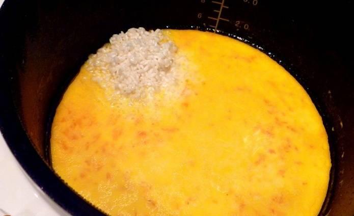 """3. Спустя это время отправьте в мультиварку хорошо промытый рис, добавьте сахар, соль по вкусу и сливочное масло, и снова выберите режим """"Тушение"""", но уже на 50 минут."""