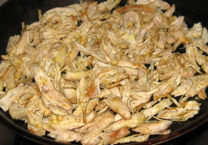 2. Куриное филе вымыть, обсушить бумажной салфетки и мелко нарезать. На сковороду налить немного растительного масла и отправить туда курочку. Посолить и поперчить в процессе. Жарить на среднем огне до готовности.