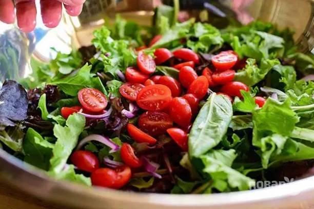 5. В глубокой мисочке соедините микс-салат и овощи.