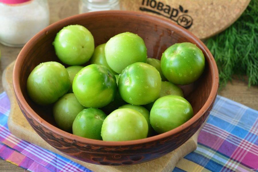 Вымойте зеленые помидоры.