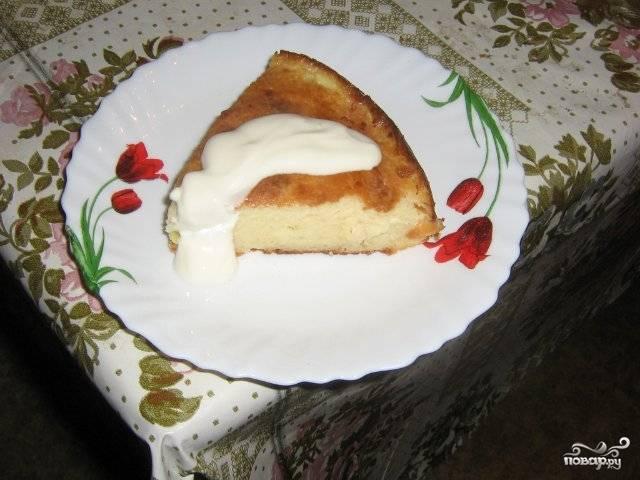 Готовой творожной запеканке с бананом в духовке дайте немного остыть и можете подавать. Вкусная она особенно со сметаной. Приятного аппетита!