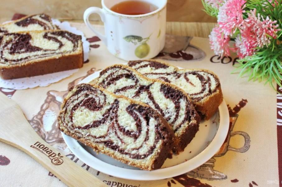 Мраморный кекс на сметане готов. Достаньте его из формы, охладите и подавайте к столу. Приятного чаепития!