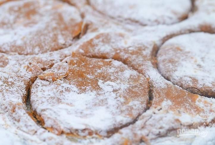 Тесто сформируйте в шар и отправьте в холодильник на 30 минут. Затем раскатайте тесто, присырав мукой, и вырежьте печеньки.