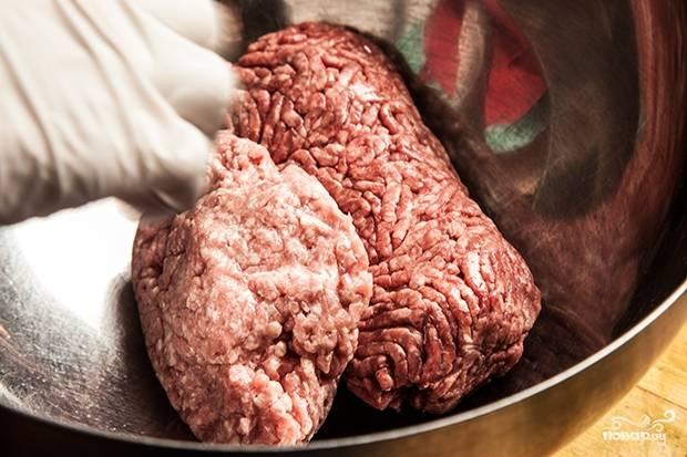 1. Соедините пропущенную через мясорубку свинину и говядину.