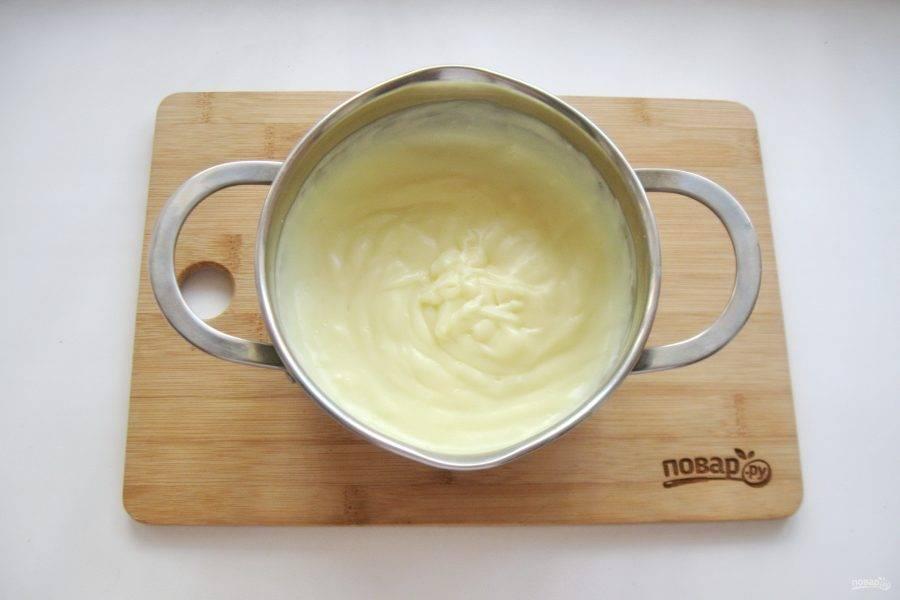 Когда молоко начнет закипать, влейте смесь желтков, сахара и крахмала. Постоянно перемешивая, доведите крем до загустения в течение нескольких минут. Добавьте ванильный сахар и охладите крем.