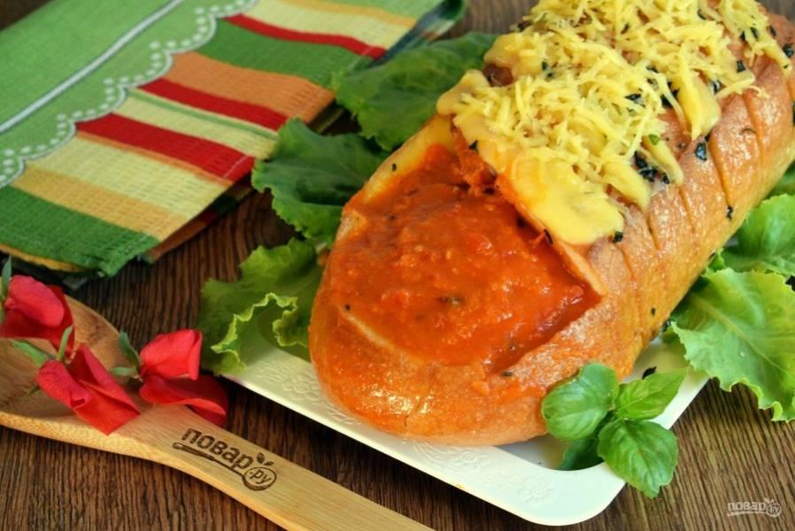 Запеченный батон посыпьте тертым сыром, в квадрат налейте горячий томатный суп и подавайте к столу. Приятного аппетита!