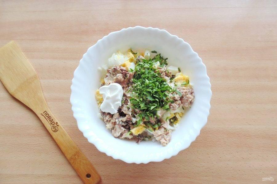 Нарежьте петрушку или укроп. Добавьте в салат.