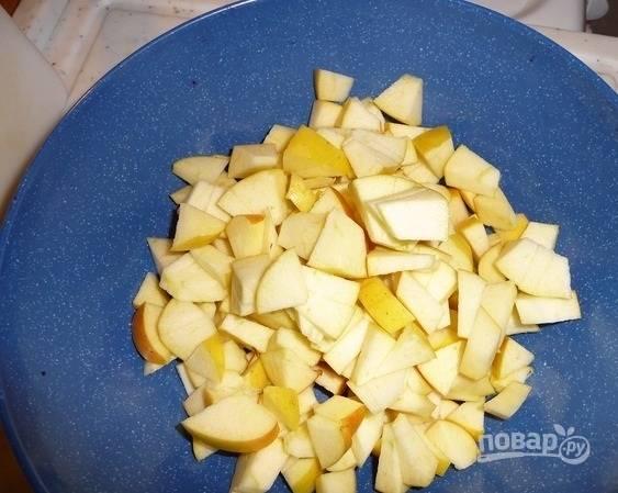 6.Для приготовления начинки яблоки мою хорошенько, затем разрезаю на 2 части и вычищаю семена, нарезаю их небольшими кусочками.