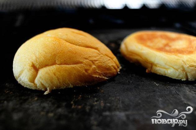4. Смазать обе половинки булочек для сэндвичей маслом, а затем обжарить их на сковороде до золотистого цвета и хрустящей корочки.