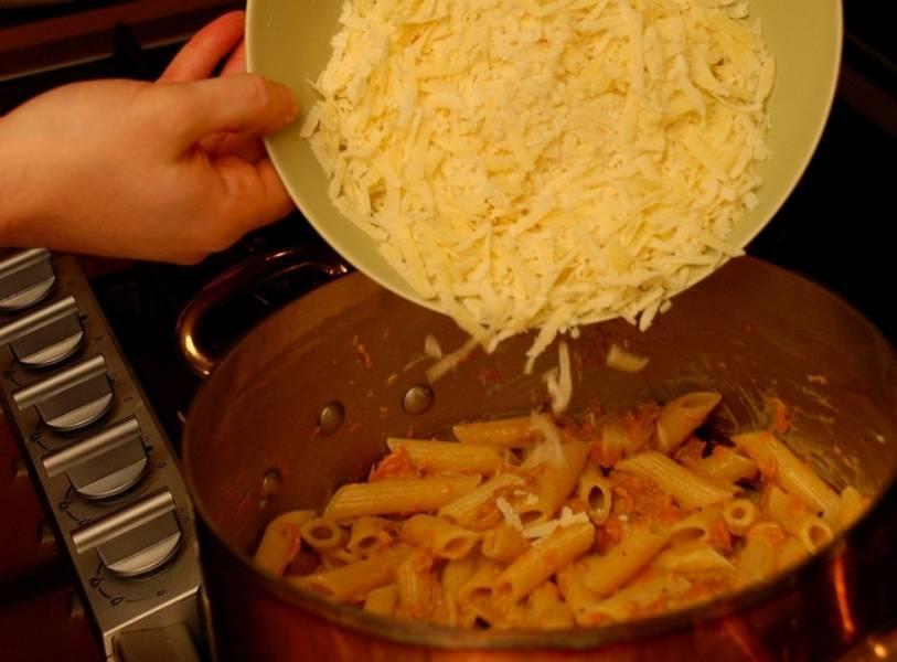 12. Добавьте сыр, оставляя немного для подачи. Вот и все, макароны с тыквой в домашних условиях готовы. Можно пробовать, что получилось.