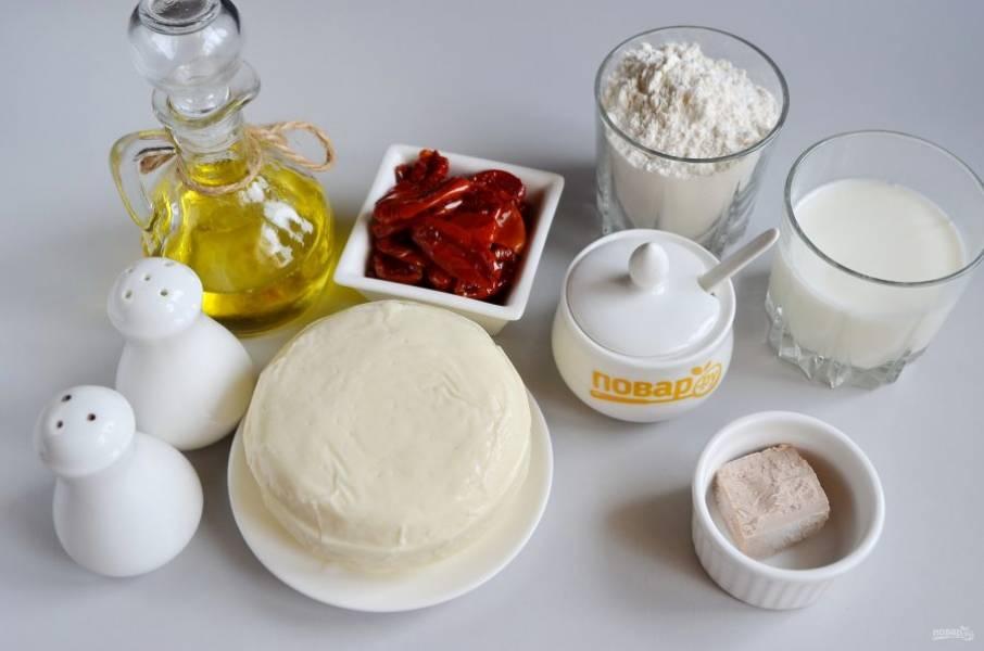 1. Подготовьте продукты для начинки, для теста: муку, молоко теплое, соль, сахар и дрожжи свежие или сухие. Мне нравится выпечка со свежих дрожжей.