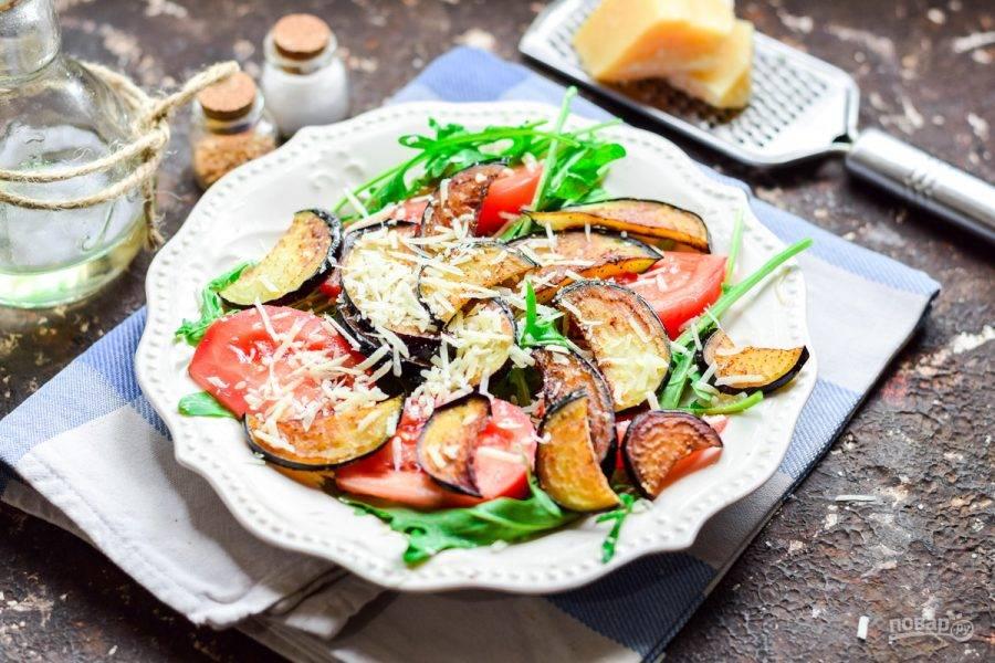 Натрите пармезан мелкой стружкой, посыпьте салат и сразу подавайте к столу.