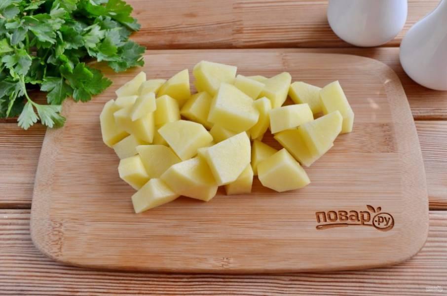 Картофель порежьте кусочками.