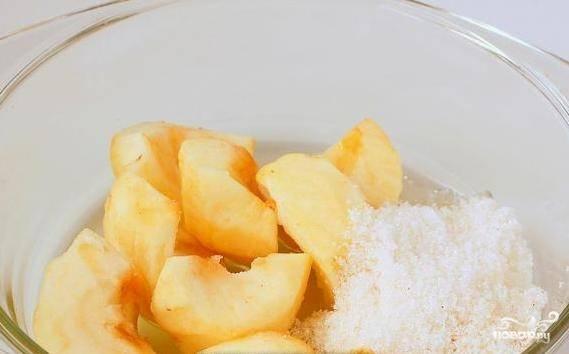 В миске соедините яблоки с маслом и сахаром. Хорошо перемешайте. Измельчите их до состояния пюре блендером.