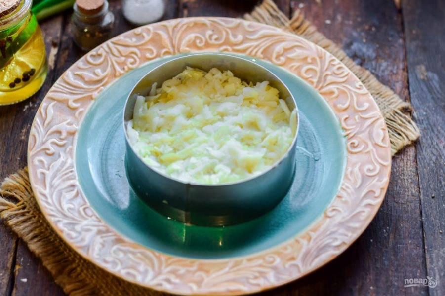 Вареный картофель очистите и натрите на терке. Выложите картофель поверх грибов.