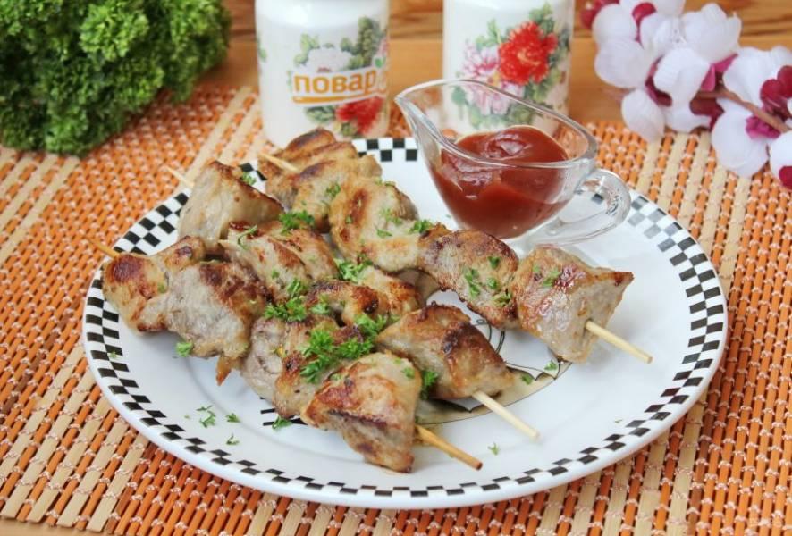 Шашлыки в духовке под грилем готовы. Подавайте с соусами по вашему вкусу.