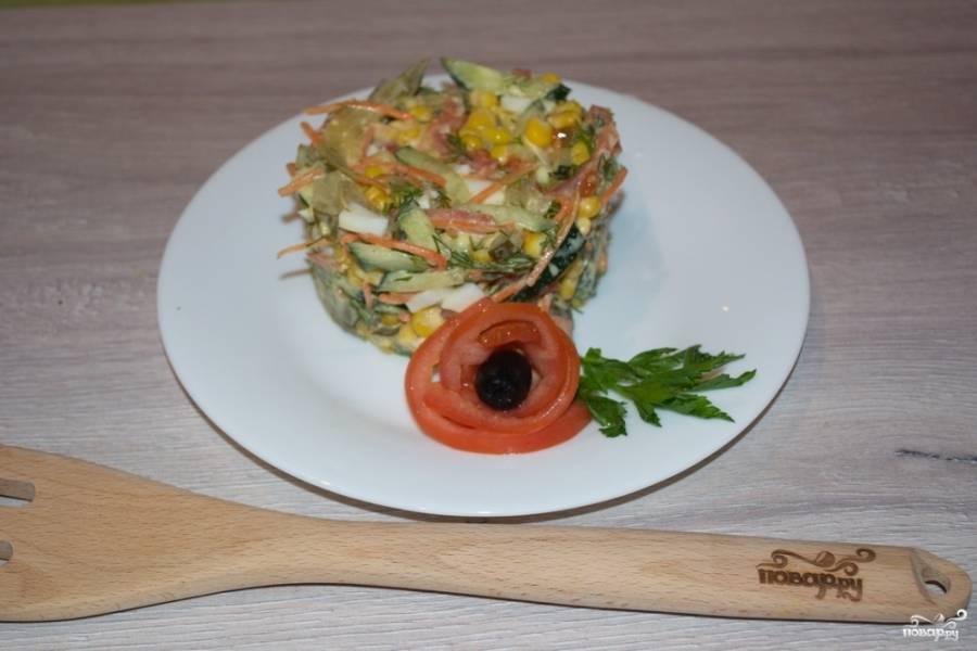 Заправляем салат майонезом. Укладываем в салатник или в необычную посуду и подаем к столу. Салат вкусный, а украшенный и поданный нарядно — поднимет настроение и украсит праздничный стол.