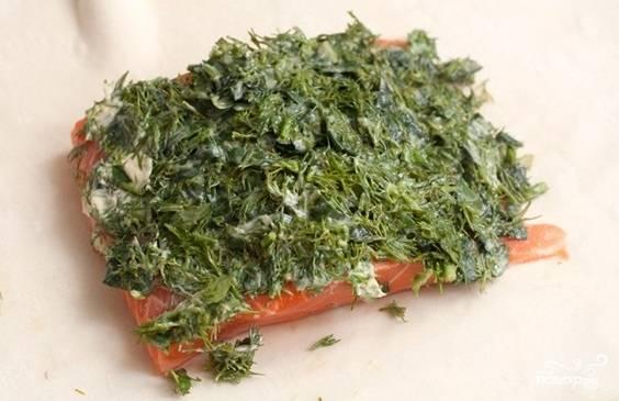 3. Смешиваем зелень со сливочным маслом и выкладываем ее на филе семги.