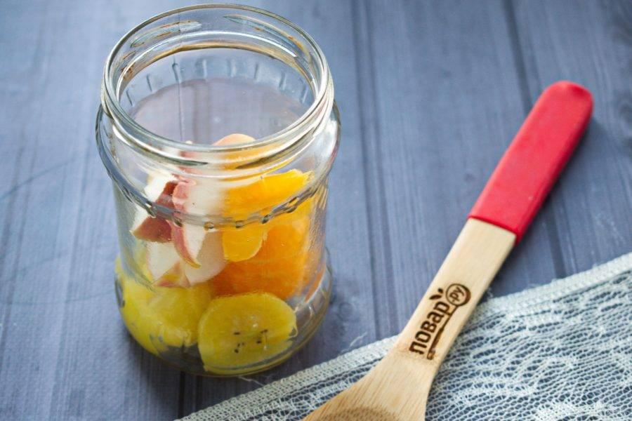 Банки и крышки вымойте, простерилизуйте. В банки заложите фрукты, залейте сладким отваром. Закрутите крышками, укутайте в тепло, дайте остыть.