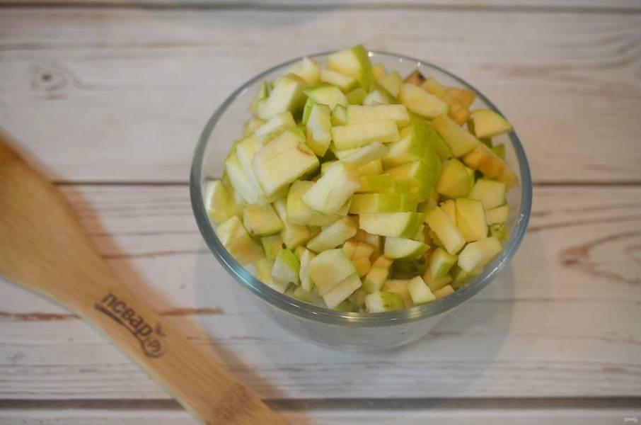 5. Яблоки нарежьте кубиком.