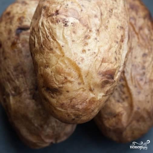 1. Картошку промойте и отварите в мундире. Можно ее запечь и в духовке. Главное - она должна быть мягкой. Отсудите и очистите картошку от кожицы.