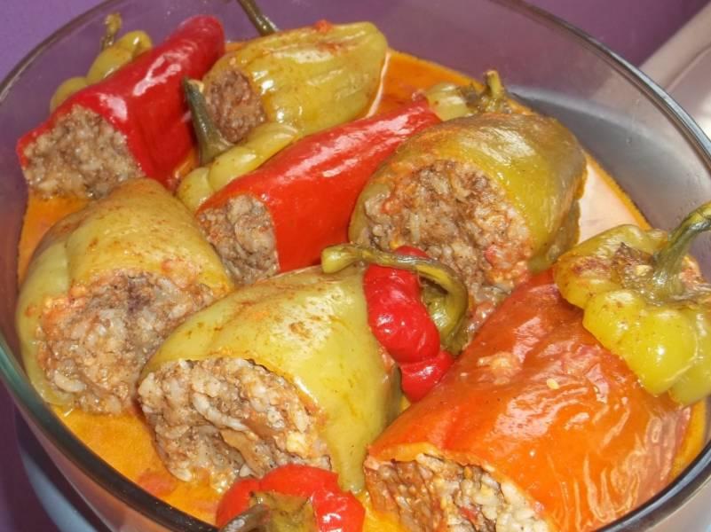 Когда перцы станут мягкими, огонь можно выключить и дать блюду 10-15 минут настояться. Подаем перцы, как и всегда, со сметаной, приятного всем аппетита!