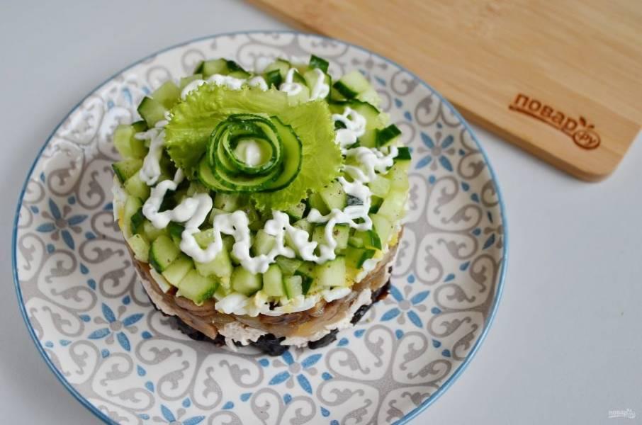 Украсьте салат на свой вкус и подавайте. Я сделала розочку из огурца и листьев салата. Приятного!