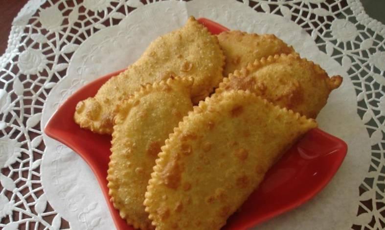 Сформируйте чебуреки. Обжарьте их с двух сторон на сливочном масле (до красивой золотистой корочки). Приятного аппетита!