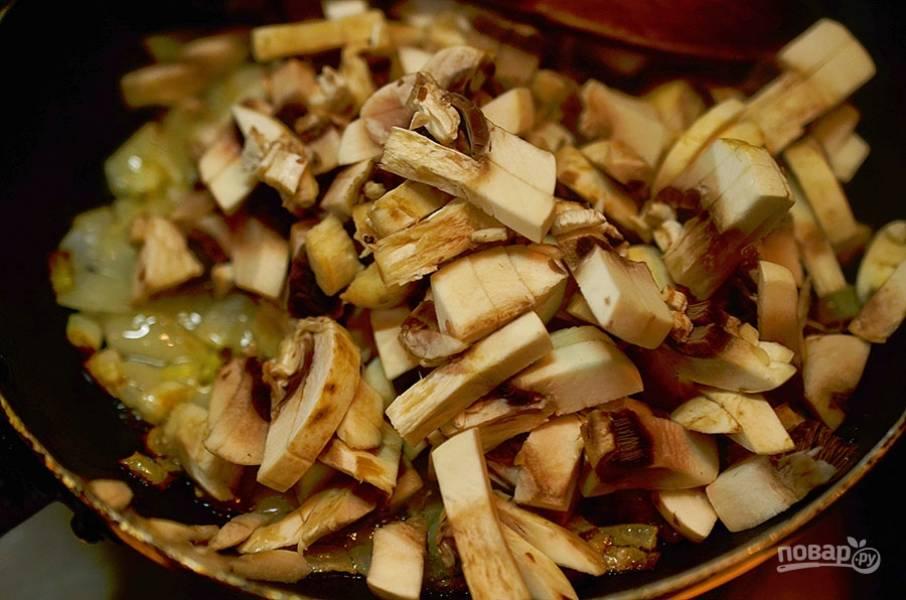 2. Добавьте нарезанные шампиньоны, обжарьте всё вместе до готовности. Охладите.