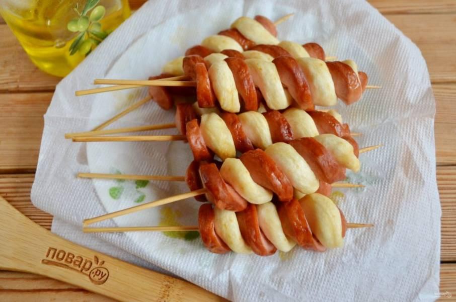 Достаньте из фритюра хот-доги, на бумажной салфетке дайте стечь лишнему маслу. Подавайте горячими с соусами. Приятного!