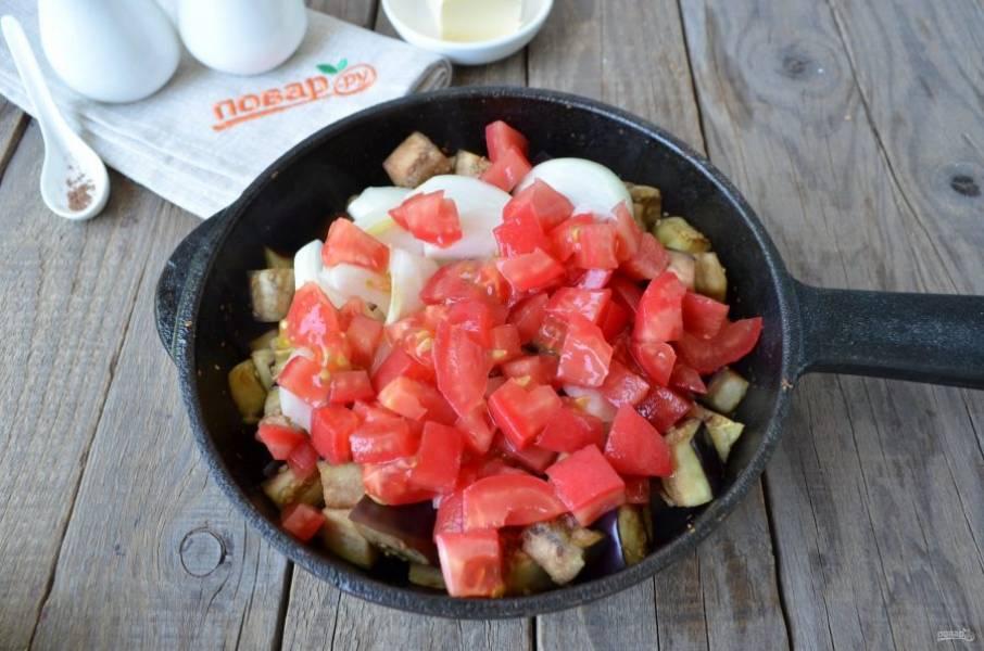 Очистите лук, с помидоров снимите кожуру (обдайте их кипятком, потом сразу в ледяную воду, это поможет легко снять кожуру). Порежьте лук и помидоры. Добавьте к баклажанам и протушите вместе 10 минут.