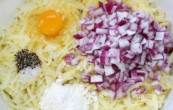 2. Картофель очистите и натрите на терке (я использую крупную). Добавьте измельченный лук, соль и перец по вкусу, яйцо и немного муки. Все как следует перемешайте.