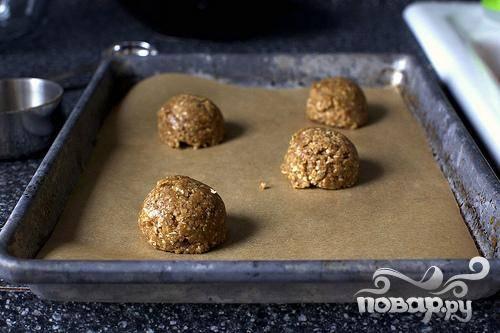 2. Выложить на противень тесто, используя на каждое печенье приблизительно 2-3 столовые ложки. Печенье должно располагаться на расстоянии 7 см друг от друга.