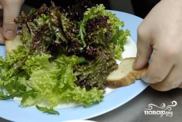 На тарелку выкладываем салат и кусочки подсушенного хлеба.